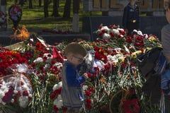 Menino na colocação no memorial fotos de stock