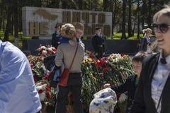 Menino na colocação no memorial foto de stock royalty free