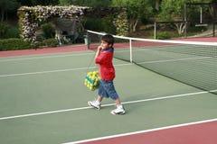 Menino na corte de tênis Imagens de Stock Royalty Free