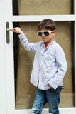 Menino na frente da porta Fotografia de Stock