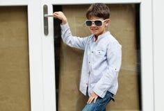 Menino na frente da porta Imagens de Stock