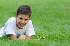 Menino na grama verde Fotos de Stock