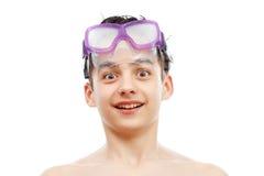 Menino na máscara da natação com um retrato feliz da cara, isolado no branco foto de stock