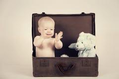 Menino na mala de viagem do vintage imagem de stock royalty free