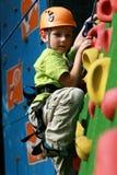 Menino na parede de escalada Fotografia de Stock