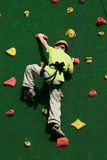 Menino na parede de escalada Fotografia de Stock Royalty Free