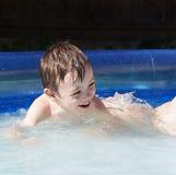 Menino na piscina imagens de stock