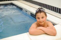 Menino na piscina Foto de Stock