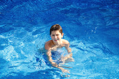 Menino na piscina Fotos de Stock Royalty Free