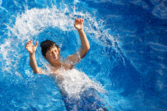 Menino na piscina Fotos de Stock