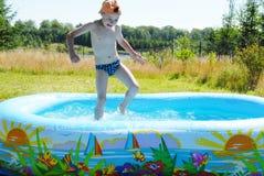 Menino na piscina. Fotografia de Stock Royalty Free