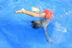 Menino na piscina Fotos de Stock Royalty Free