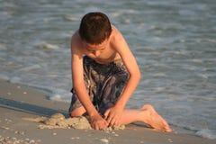 Menino na praia imagens de stock