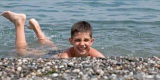 Menino na praia do mar Imagens de Stock