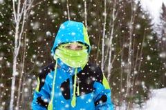 Menino na queda das nevadas fortes Foto de Stock