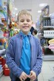Menino na seção do brinquedo na loja Foto de Stock Royalty Free