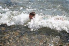 Menino nas ondas Foto de Stock Royalty Free