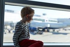 Menino no aeroporto Imagens de Stock Royalty Free
