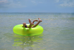 Menino no anel inflável da praia Imagem de Stock