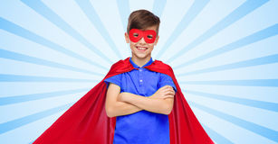 Menino no cabo e na máscara vermelhos do super-herói Fotografia de Stock Royalty Free