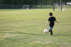 Menino no campo de futebol Fotos de Stock Royalty Free