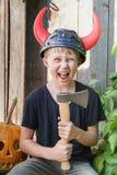 Menino no capacete de Viking com chifres Fotos de Stock