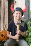 Menino no capacete de Viking com chifres Fotografia de Stock