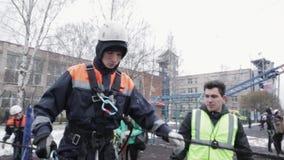 Menino no capacete, equilíbrio da posse do trem da equipa de salvamento em agitar a placa Emercom video estoque