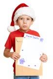 Menino no chapéu vermelho com letra a Santa - conceito do Natal do feriado de inverno Imagens de Stock Royalty Free