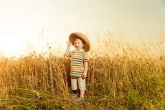 Menino no chapéu no trigo do verão Fotos de Stock Royalty Free