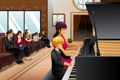 Menino no considerando do piano Fotos de Stock