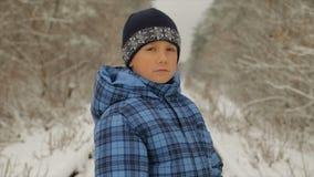 Menino no inverno na floresta vídeos de arquivo