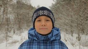 Menino no inverno na floresta filme