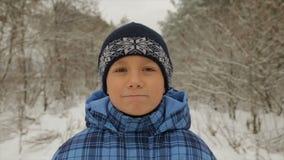 Menino no inverno na floresta video estoque