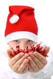 Menino no isolado das decorações dos xtmas da terra arrendada do chapéu de Santa Imagem de Stock