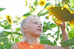 Menino no jardim colorido do verão Fotos de Stock