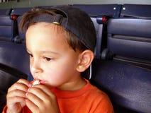 Menino no jogo de basebol fotografia de stock