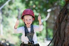 Menino no parque da aventura Fotos de Stock Royalty Free