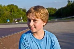 Menino no parque do patim Imagem de Stock