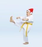 Menino no retrocesso das batidas do karategi imagens de stock