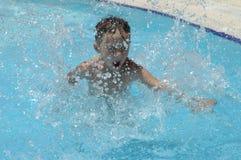 Menino no swimming-pool fotografia de stock