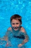 Menino no swimming-pool imagens de stock