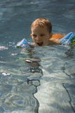 Menino no swimming-pool Fotografia de Stock Royalty Free