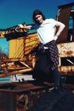 Menino no t-shirt branco com cabelo longo no fundo do grunge Imagem de Stock Royalty Free