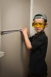 Menino nos óculos de proteção com uma medida de fita fotos de stock
