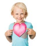 Menino novo bonito que guardara o coração do amor Fotos de Stock Royalty Free