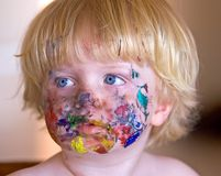 Menino novo coberto na pintura da face foto de stock