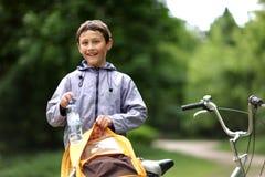 Menino novo com bicicleta Fotografia de Stock Royalty Free