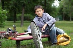 Menino novo com bicicleta Foto de Stock Royalty Free