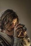 Menino novo com a câmera velha do russo imagem de stock